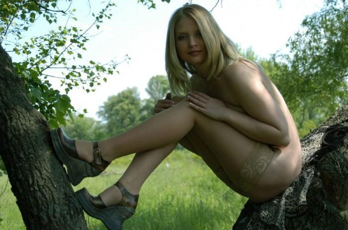 Соблазнительная блондинка трахается 19 фотография