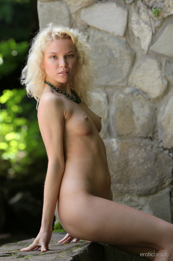 Hot Amateur Blonde Liza I in The Stone Wall